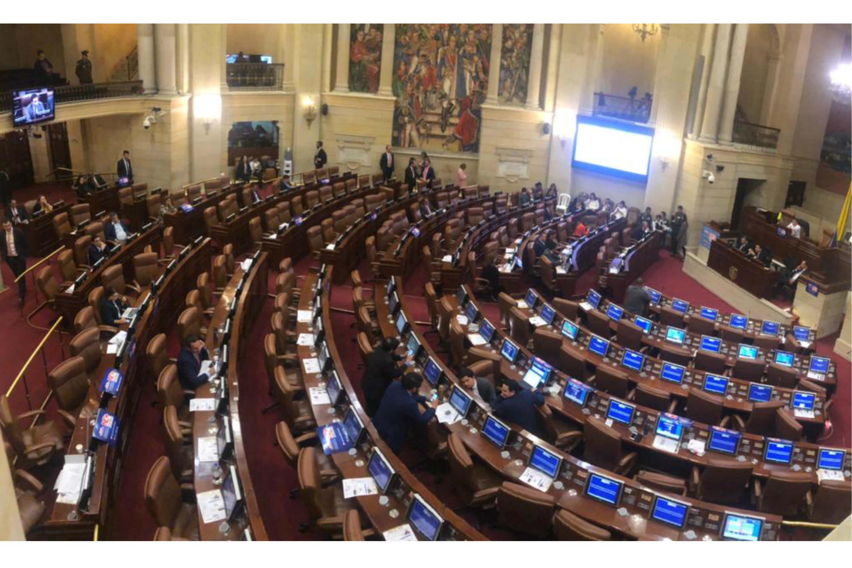 Recinto vacio en la camara de representantes durante el debate sobre violencia infantil