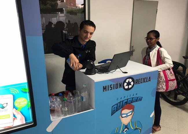 En Bucaramanga cambian botellas plásticas por minutos de celular